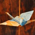 Mobile origami grue - papier marbré - détail