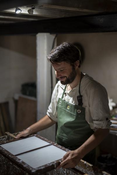 Bruno Pasdeloup fabrique du papier à main